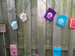 2018-07-17-overlijden-tonick-grafje-herdenkingsvlaggetjes-kattenherplaatsing (1)
