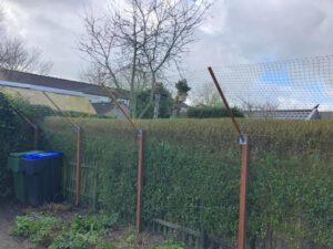 omheining tuin met vlaggenmasten